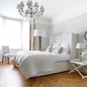 Łóżko z wysokim, pikowanym  zagłówkiem o nowoczesnej formie  wprowadza do wnętrza modny  szyk. Luksusowy klimat kreuje  ozdobne oświetlenie główne i  pomocnicze. Łóżko Laurent  Complete marki Sweetpea&Willow.  Fot. Sweetpea&Willow.