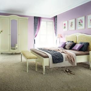 Sypialnia Anabella marki Bydgoskie  Meble o falistej linii nada  przestronnemu wnętrzu elegancki  wygląd. Franty w kolorze ecru  znakomicie równoważy lawendowy  kolor ścian, wprowadzając do  wnętrza powiew Prowansji. Fot.  Bydgoskie Meble.