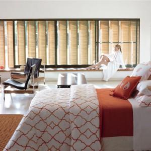 Luksusowa sypialnia to nie tylko  miejsce snu. Jeśli dysponujemy  dużym pomieszczeniem warto  wyposażyć je również w zestaw  wypoczynkowy, tworząc miejsce  gdzie można wypić poranną kawę  tylko we dwoje. Fot. Yves de Lorme.