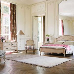 Miłośnicy piękna a zarazem ciepłych  wnętrz mogą pokusić się o  urządzenie sypialni w stylu  kolonialnym. W takiej aranżacji,  oprócz stylizowanych mebli, dużą  rolę odgrywają eleganckie tkaniny.  Fot. Roche Bobois.