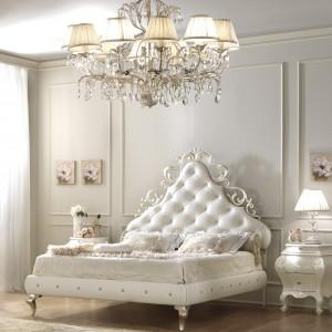 Meble z eleganckimi dekorami w  spektakularny sposób nadadzą  wnętrzu luksusowy styl. W aranżacji  sypialni sprawdzi się np. łóżko z  serii Lara marki Gotha Italian  Luxury Style. Fot. Fabio Luciani.