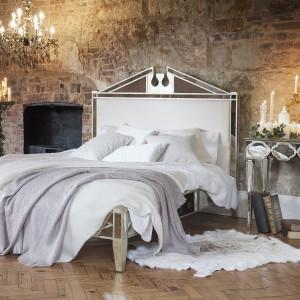 Eleganckie wnętrze można urządzić  nawet w typowo loftowym  pomieszczeniu. Lustrzany blask  mebli kontrastujący z surową  fakturą cegieł tworzy oryginalny  efekt. Fot. The French Badroom.