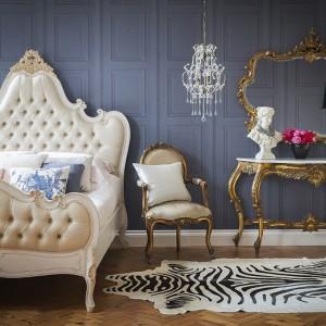W kreowaniu eleganckiej  przestrzeni dużą rolę odgrywają  szlachetne tkaniny, wykorzystane w  formie zasłon, narzuty czy  poduszek, jak również baldachimu.  Efekt dopełnia dekoracyjne  oświetlenie, które powinno pełnić  rolę biżuterii. The French Bedroom.