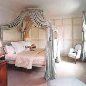 Aby w sypialni z baldachimem  zapewnić uniknąć wrażenia kiczu,  dobrze jest wykonać ten element  łóżka z takiej samej tkaniny co  zasłony. Fot. Beauderest.