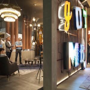 Stoisko luksusowej firmy, produkującej piękne, dekoracyjne lampy Delightful w strefie Euroluce. Fot. Carola Merello.