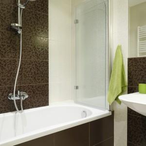 Szklany parawana to świetne rozwiązanie, gdy łazienka jest mała i nie ma możliwości zainstalowanie w niej również kabiny prysznicowej. Projekt: Marta Kilan. Fot. Bartosz Jarosz.