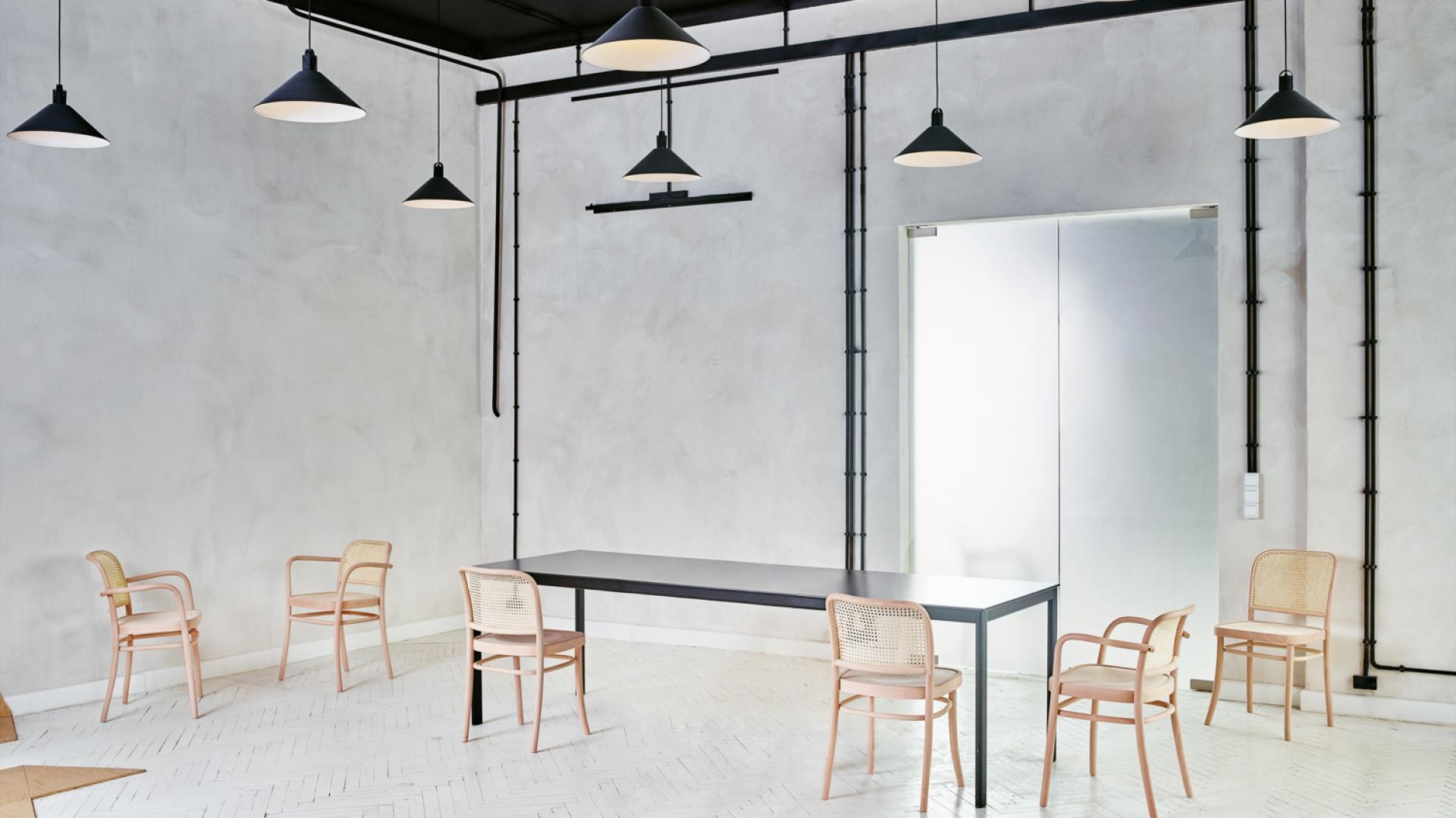 Zaprojektowana przez Tomka Rygalika dla Pagedu rodzina krzeseł wykonanych z gęciny Benko. Siedzisko i oparcie mebla wykonane zostały z plecionki. Mebel łączy w sobie nowoczesne i tradycyjne, zanikające już technologie. Fot. Ernest Wińczyk.
