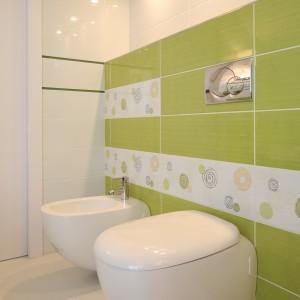 Ważnym elementem, który decyduje o wystroju łazienki są detale: przyciski spłukujące, rodzaj baterii bidetowej. Projekt: Magdalena Bonin-Jarkiewicz. Fot. Bartosz Jarosz.