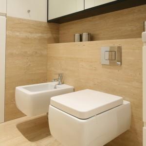 Zabudowa stelaży podtynkowych tworzy praktyczną półkę. Można na niej ustawić łazienkowe akcesoria lub położyć ręczniki. Projekt: Anna Maria Sokołowska. Fot. Bartosz Jarosz.
