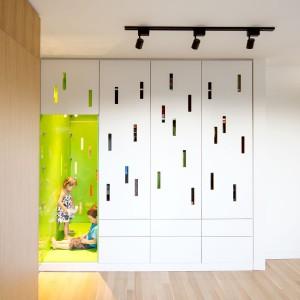 W domu, w którym dominują stonowane kolory i oszczędność dekoracyjna, przestrzeń dla dzieci zaznaczono fantazyjnymi ażurowymi płytami i mocną, soczystą zielenią. Projekt: Nature Humaine. Fot. Adrien Williams.