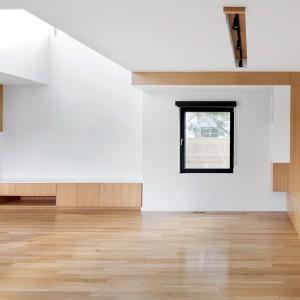 Zabawa geometrycznymi formami, zabudowa o prostych kątach, gładkich powierzchniach i oszczędnej kolorystyce. Wnętrze domu to pochwała minimalizmu. Projekt: Nature Humaine. Fot. Adrien Williams.
