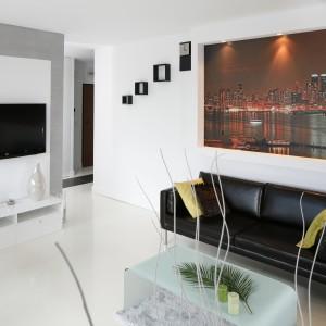 Czarne kanapy są mocnym akcentem stylistycznym. Ścianę za nimi dekoruje fototapeta z panoramą Nowego Jorku. Projekt: Jolanta Kwilman. Fot. Bartosz Jarosz.