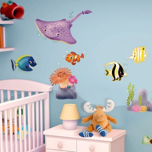 Ławica uśmiechniętych, kolorowych ryb z serii naklejek Coral Reef marki Leo Stickers rozweseli ścianę nad łóżeczkiem niemowlaka. Kolorowe elementy dodatkowo stymulują rozwój malucha. Fot. Leo Stickers.
