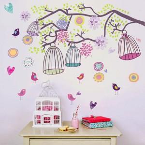 Jeśli dziecko bardzo chce mieć w domu papugę czy kanarka, a my bardzo nie chcemy się na to zgodzić możemy zaproponować inne rozwiązanie. Udekorujmy ścianę naklejkami w formie kolorowych klatek z ptaszkami, dostępnych w sklepie Bonami.pl. Fot. Bonami.