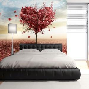 Wyjątkowy wygląd sypialni dla dwojga zapewni fototapeta z motywem jesiennego drzewa, którego gałęzie układają się w kształt serca. Dekoracja, dostępna w sklepie Decomania.pl, wprowadzi do wnętrza romantyczną aurę. Fot. DecoMania.pl.