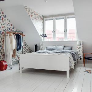 W sypialni dobrze jest uwzględnić miejsce na garderobę. Modnym sposobem na przechowywania jest przemysłowy wieszak na kółkach, który pięknie eksponuje odzież, będąc jednocześnie dekoracją wnętrza. Fot. Alvhem Makleri.