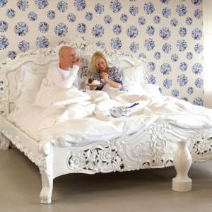 Aby sypialnia sprzyjała wypoczynkowi powinna być urządzona w harmonijny sposób, czyli wszystkie elementy muszą ze sobą idealnie współgrać. Na zdjęciu: tapeta z kolekcji Royal Kashmir marki JVD. Fot. JVD.