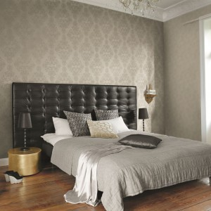 Po obu stronach łóżka warto ustawić stoliki nocne, w których każde z partnerów będzie mogło trzymać podręczne drobiazgi czy ulubioną lekturę czytaną przed snem. Należy również zadbać o podwójne oświetlenie nocne. Fot. Rash.