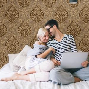 Małżeńska sypialnia musi być nie tylko ładna, ale i funkcjonalna, czyli dostosowana do potrzeb dwóch osób. Fot. Hohenberger Tapetenmanufaktur.