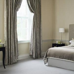 Ciepła, spokojna stylistyka nada wspólnej sypialnia przytulny, ale i elegancki charakter. Fot. Decodore.