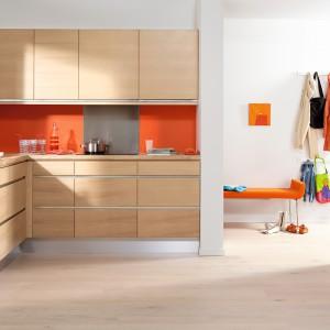 Blat podobnie jak meble wykonany został z drewna – jest solidny i odporny na wilgoć. Aby kuchnia nie była zbyt monotonna ożywia ją ściana w pomarańczowym kolorze. Fot. Ballingslöv, meble z kolekcji Line.