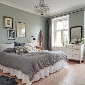 W małżeńskiej sypialni sprawdzą się dekoracje o romantycznym charakterze. Należy jednak wykorzystywać je z umiarem pamiętając, że mężczyzna – z którym dzielimy przestrzeń - raczej nie jest fanem takich detali. Fot. Alvhem Makleri.