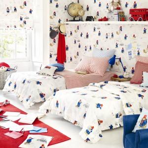 W pokoju rodzeństwa sprawdza się dekoracje w neutralnych kolorach: niebieskim, czerwonym czy białym, które pasują do każdej płci. Tapeta i tkaniny z serii Jane Churchill marki Colefax and Fovler. Fot. Colefax and Fovler.