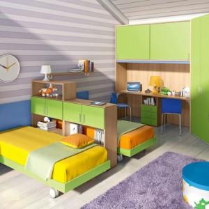 Aby zapewnić dzieciom odrobinę autonomii, można oddzielić stojące blisko siebie łóżka, wykorzystując np. półkę na książki czy dwustronną meblościankę. Fot. Colombini Casa.