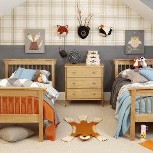 Równoległe ustawienie łóżek to bardzo częsta konfiguracja w pokoju dziecka. Warto jednak  zachować minimum półtora metra odległości między łóżkami, co da możliwość swobodnego chodzenia. Fot. Aspace.
