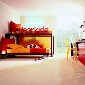 Piętrowe łóżko to niezwykle praktyczny mebel, który pozwala zaoszczędzić sporą powierzchnię. Uzyskane w ten sposób miejsce można przeznaczyć np. na ustawienie dwóch osobnych biurek. Fot. Dearkids.