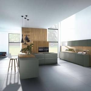Ciemny odcień szarości w satynowym wydaniu nadaje przestrzeni kuchni bardzo wykwintny, elegancki charakter, potęgowany przez ultranowoczesną formę mebli. Fot. Pronorm.