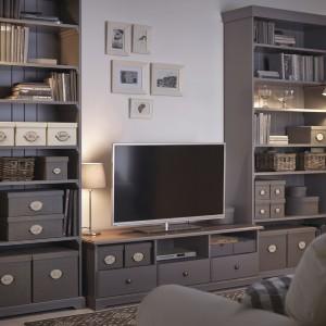 Regały i szafka RTV z kolekcji Liatrop do samodzielnego kompletowania. Fot. IKEA.