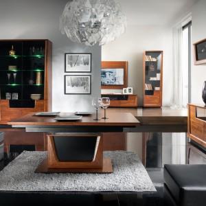 Piękno naturalnych materiałów – drewna i okleiny dębowej, nowoczesna technologia i doskonałe wzornictwo to cechy wyróżniające Magandę - wysmakowaną kolekcję mebli przeznaczoną do salonu, jadalni i sypialni. Fot. Mebin.