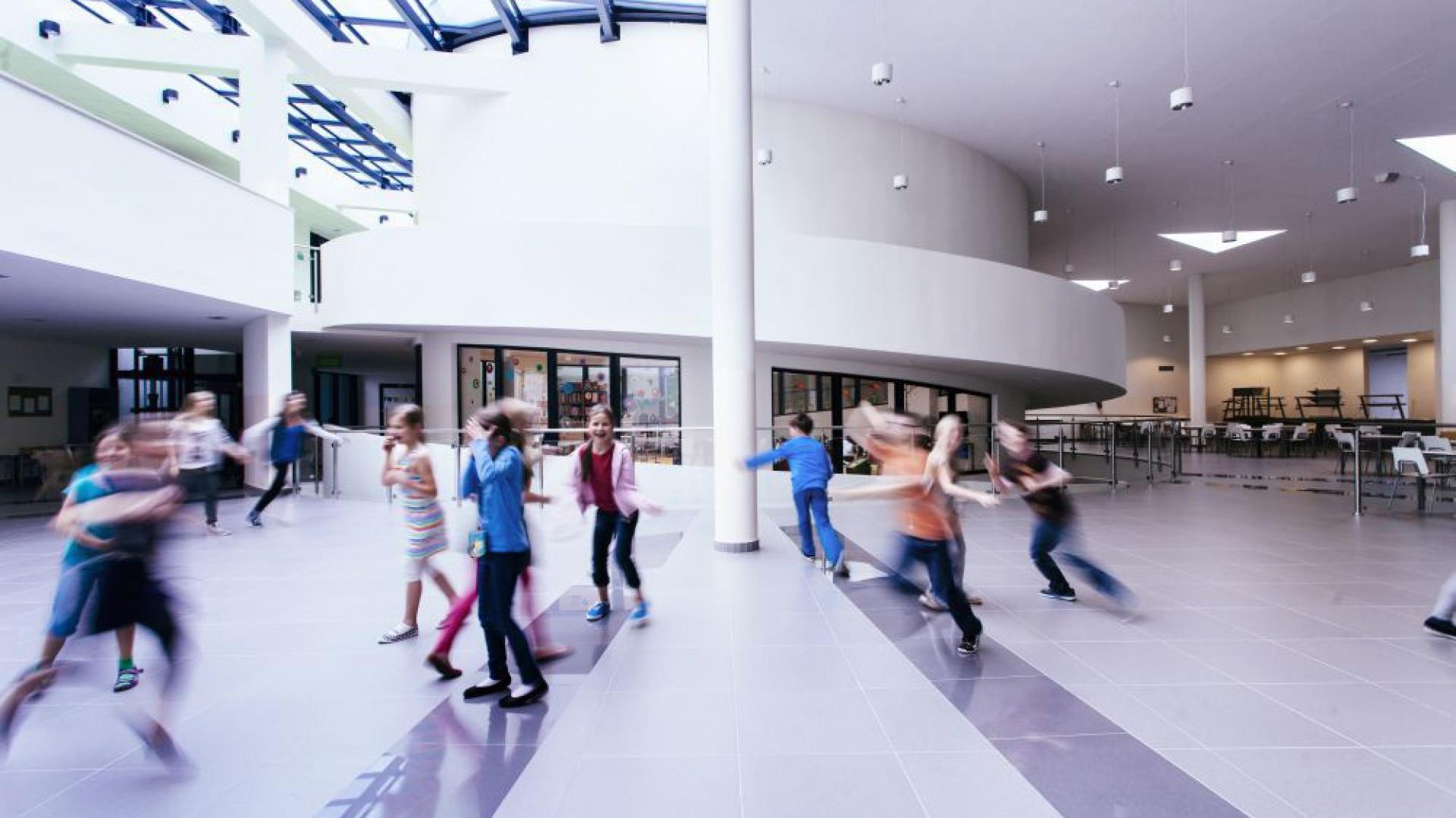 Przestronny hall Centrum Edukacji i Sportu w Mysiadle inspiruje dzieci do aktywności i zabawy. Fot. Rafał Kłos