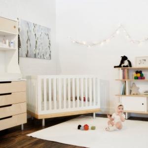 Oświetlenie w skandynawskim pokoju dziecka jest minimalistyczne i oszczędne w formie. W takich aranżacjach dość często wykorzystuje się girlandy, które zdobią i rozjaśniają wnętrze. Fot. IDecor.