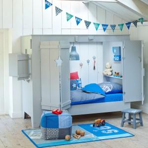 W skandynawskim pokoju dodatki w postaci poduszek czy narzut wykonane są z naturalnych tkanin: lnu, wełny lub bawełny. Często ręcznie haftowane w sposób niezastąpiony ocieplają wnętrza i tworzą domowy, przyjemny klimat. Fot. Cuckooland.