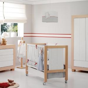 Połączenie bieli z urokiem drewna jest typowe dla Skandynawii. Takie zestawienie materiałów znalazło uznanie również w Polsce i jest uznane za najmodniejszy trend sezonu. Zarówno w odniesieniu do mebli dla dzieci, jak i dorosłych. Zestaw mebli Nues marki Micuna. Fot. Micuna.