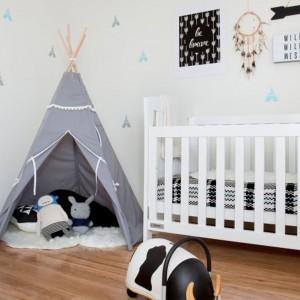 Podłoga we wnętrzach urządzonych w stylu skandynawskim powinna być wykonana z drewna. Taki rodzaj wykończenia jest nie tylko ładny, ale i zdrowy dla maluchów spędzających masę czasu na podłodze. Fot. Little Room.