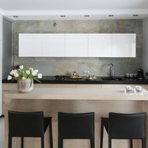 Ściana nad blatem w kuchni. Projekt: Magdalena Smyk. Fot. Bartosz Jarosz