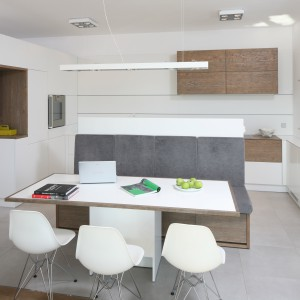 W tej przestrzeni dziennej strefa wyspy i jadalni stanowi element działowy pomiędzy kuchnią i salonem, będąc jednocześnie świadectwem nowoczesności całego wnętrza. Projekt: Konrad Grodziński. Fot. Bartosz Jarosz.