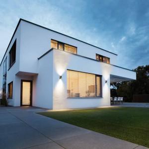 Oprawy halogenowe Noxlite to rodzina produktów wykonanych ze stali i matowego szkła obejmująca oprawy do oświetlenia zewnętrznego domów i alejek. Produkty oferuje marka Osram. Fot. Osram.