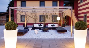 Oświetlenie stanowi ważny element każdej aranżacji ogrodu. Odpowiednio dobrane stanie się piękną i wyjątkową ozdobą przydomowej przestrzeni.