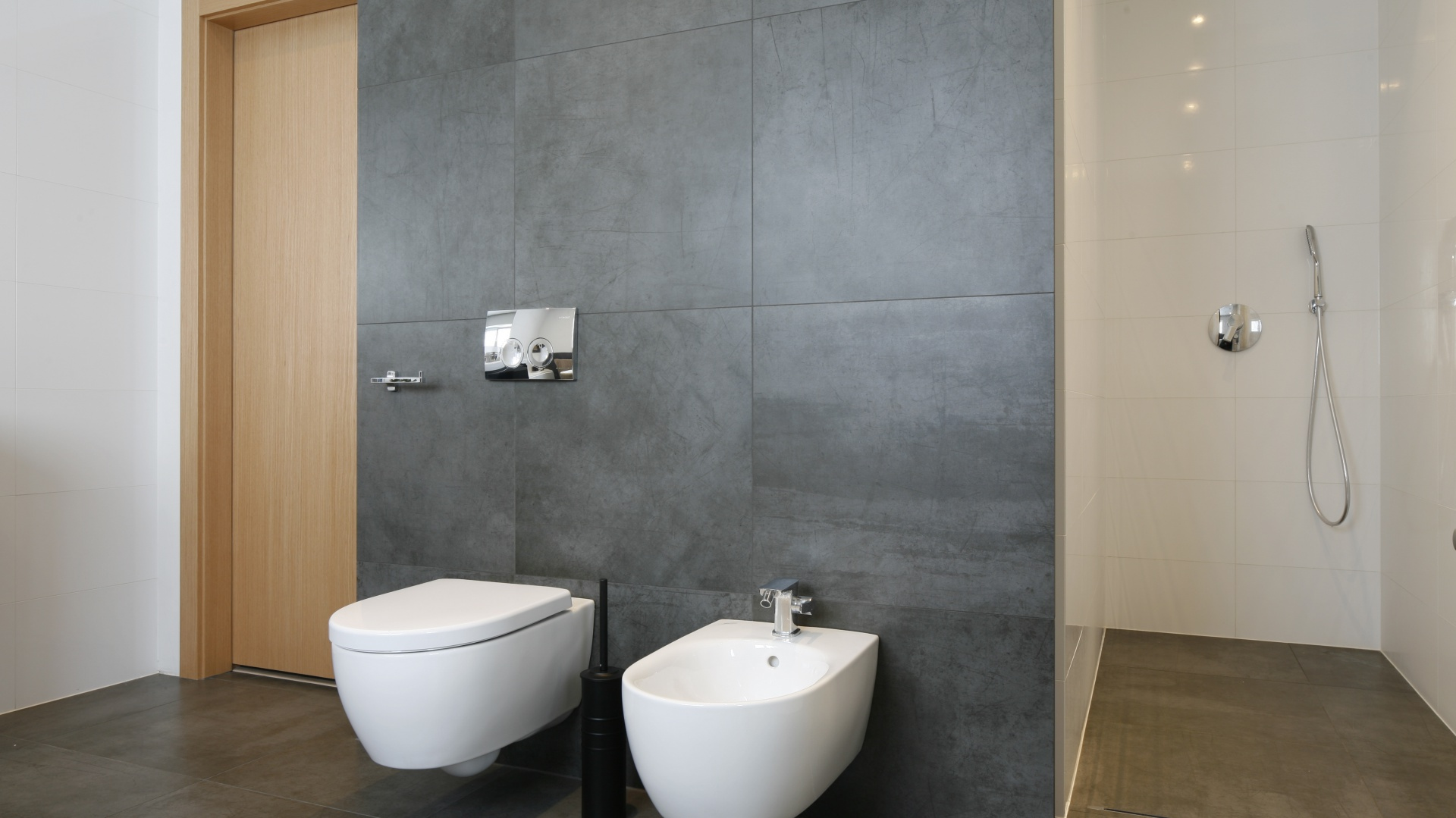 Na ścianie z miską ustępową...  Nowoczesna łazienka w bieli i szarościach  Strona: 5