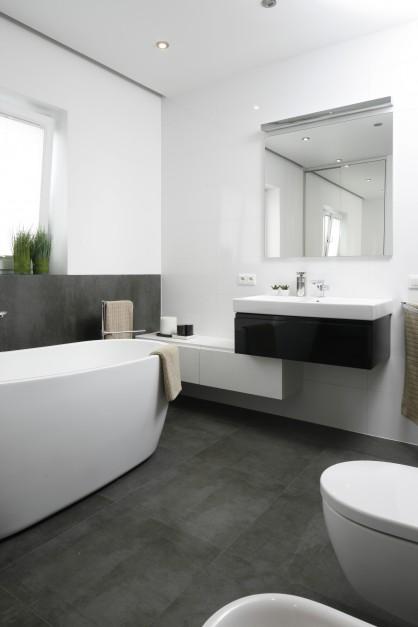 Pod umywalką umieszczono...  Nowoczesna łazienka w bieli i szarościach  Strona: 2
