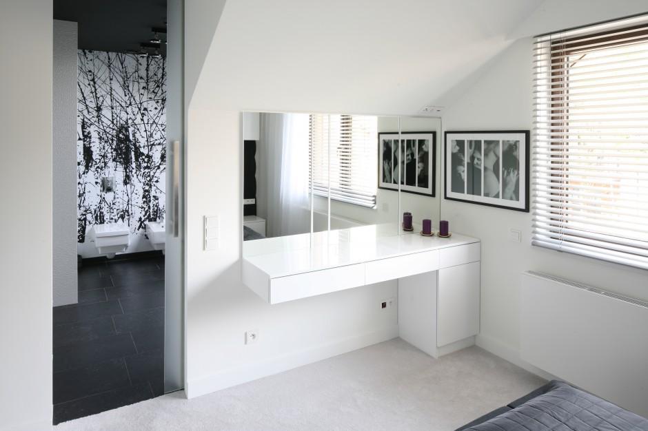 Naprzeciw łóżka, na ścianie...  Nowoczesna sypialnia. Wnętrze z łazienką i garderobą  Strona: 3