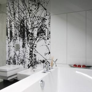 Łazienka wyposażona jest w prysznic i wannę, przez co stwarza warunki zarówno do długiej, relaksującej kąpieli przed snem oraz umożliwia szybkie odświeżenie o poranku. Fot. Bartosz Jarosz.