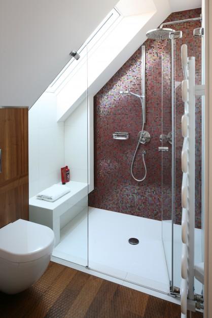 Strefę prysznica wydzielono...  Łazienka na poddaszu. Tak możesz ją urządzić  Strona: 17