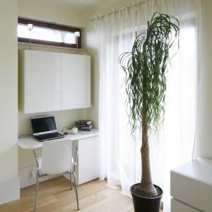 Fakt, że w sypialni jest jasno, to duża zasługa okien i obszernych drzwi tarasowych. Właśnie przy nich urządzono prywatna strefę pracy. Projekt: Małgorzata Borzyszkowska. Fot. Bartosz Jarosz.