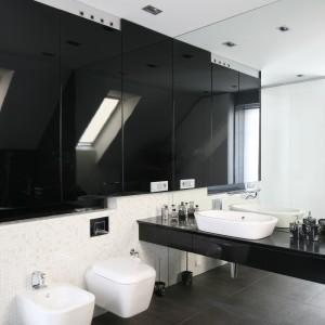 Połyskująca mozaika oraz tafle luster pięknie odbijają światło i powiększają przestrzeń łazienki. Projekt: Małgorzata Borzyszkowska. Fot. Bartosz Jarosz.