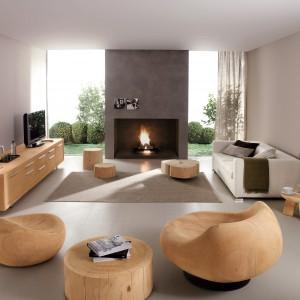 Zaprojektowane przez Terry'ego Dwana meble do salonu z oferty marki RIVA 1920, w tym fotel TAHITI oraz MAUI wykonane z jednego kawałka cedru. Fot. Riva 120/Kari Mobili.